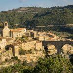 Den middelalderlige landsby Minerve i Minervois-regionen i Languedoc, Frankrig